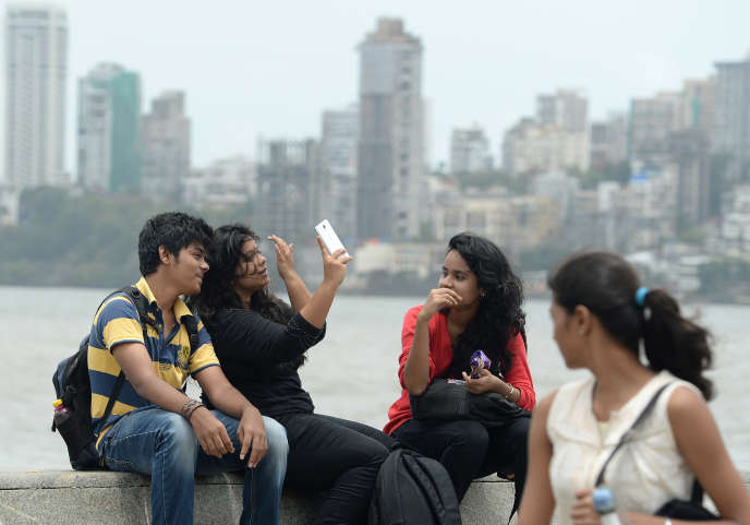 Des jeunes font un selfie à Bombay en juin 2015.