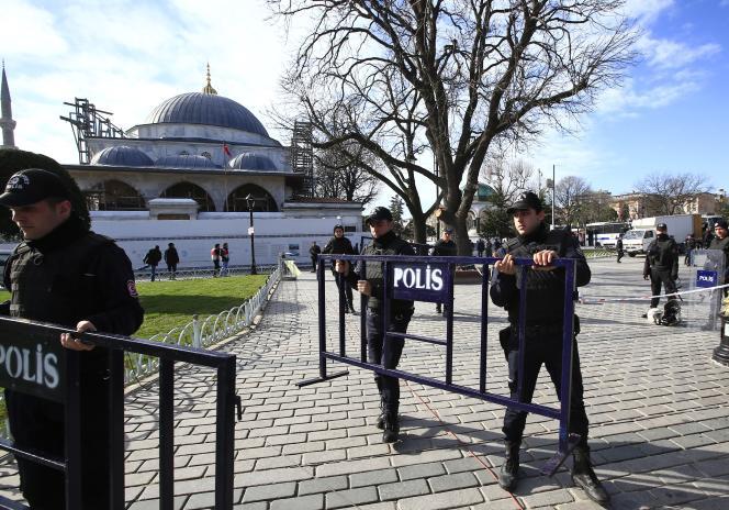 Des policiers installent des barrières de sécurité dans le quartier historique de Sultanahmet, à Istanbul, après l'attentat suicide qui a fait 10 morts le 12 janvier 2015.