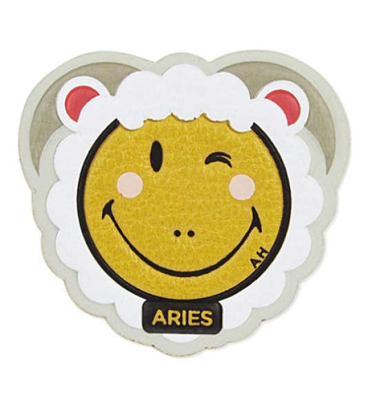 Les stickers d'Anya Hindmarch, qui rencontrent un grand succès.
