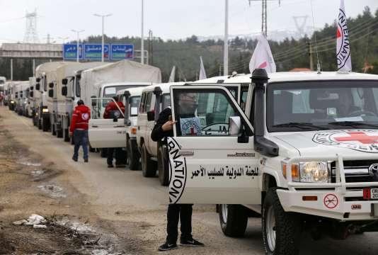 Des véhicules humanitaires à l'entrée de Madaya, le 11 janvier.