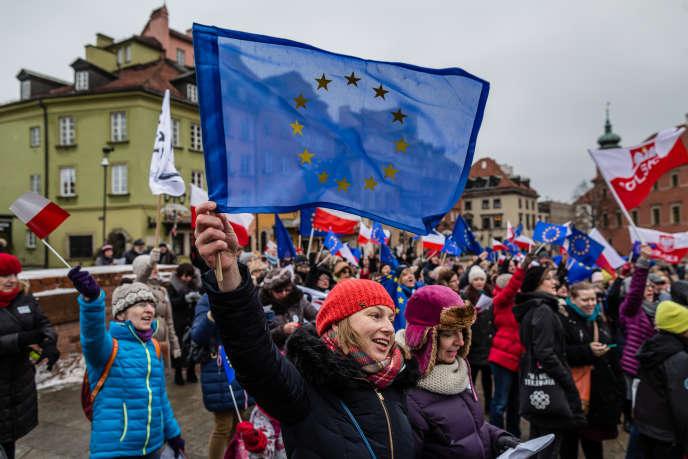 Lors d'une manifestation à Varsovie, le 9 janvier, contre la loi sur les médias publics du parti polonais au pouvoir.
