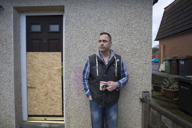 Rob Lawrie, devant sa maison à Guiseley, en Angleterre, le 8 janvier 2016.