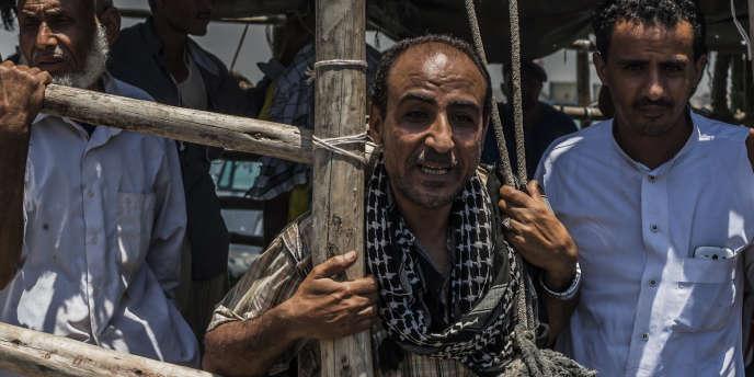 Des migrants fuyant la guerre au Yémen à leur arrivée, dans une embarcation de fortune, au port de Djibouti, en mai 2015.