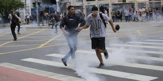 Des heurts ont éclaté entre la police et des manifestants qui protestaient contre la hausse du prix des transports à Sao Paulo, le 12 janvier 2016.