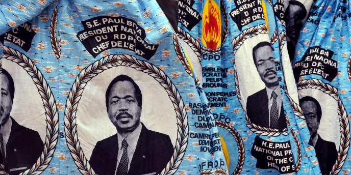 Des portraits du président camerounais Paul Biya sur une tunique.