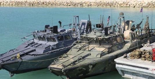 Image diffusée  par les gardes de la Révolution iraniens, montrant les deux bateaux américains interceptés dans les eaux territoriales iraniennes, mardi 12 janvier.