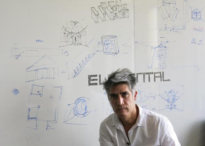 L'architecte chilien Alejandro Aravena, pose dans son studio de Santiago, au Chili, le 12 janvier 2016.