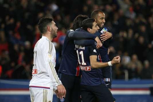 Lucas Moura (à droite) félicité par ses coéquipiers du Paris-Saint-Germain, Angel Di Maria (au centre) et Edinson Cavani (à gauche), après avoir marqué le deuxième but de la formation lors de la rencontre face à l'OL, le 13 janvier, en quarts de finale de la Coupe de la Ligue.