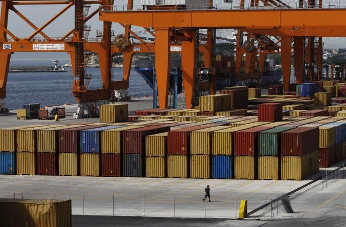 Des containers au port du Pirée près d'Athènes en Grèce en juin 2011.