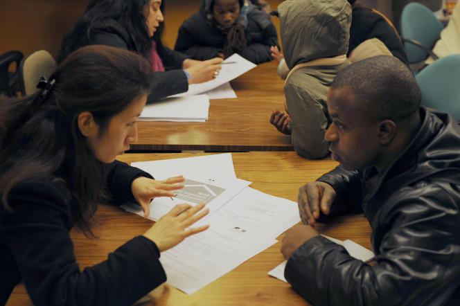 Entretien avec un fonctionnaire lors du dépôt de son dossier de demande de logement au titre de la loi sur le droit au logement opposable (DALO), le 2 janvier 2008 à la Préfecture de Paris.