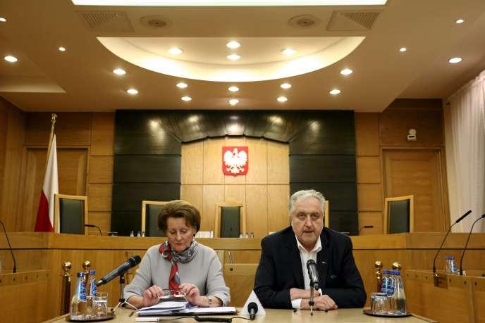 La juge Slawomira Wronkowska-Jaskiewicz et le Président de la Cour Constitutionnelle polonaise Andrzej Rzeplinski, lors d'une conférence de presse au Tribunal Constitutionnel à Varsovie le 12 janvier 2016.