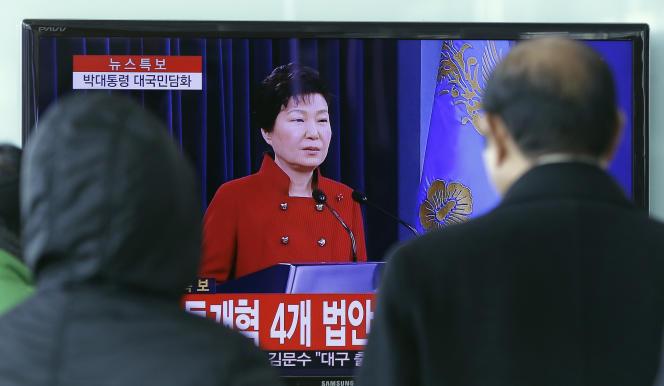 Une conférence de presse de l'ancienne président de Corée du Sud Park Geun-hye retransmise à la télévision en janvier 2016.