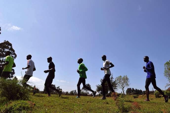 Groupe d'athlètes s'entraînant à Iten, dans la vallée du Rift au Kenya, en janvier 2016.