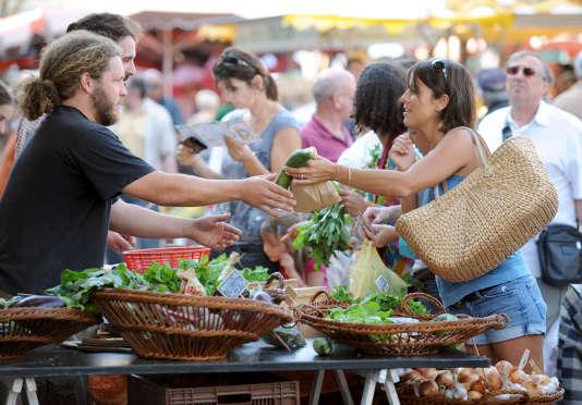 Une personne achète des légumes, en 2009 sur le marché de Revel (Haute-Garonne).