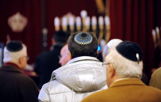 Des juifs prient dans un synagogue près de Toulouse, en 2009.