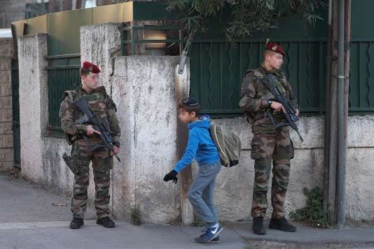 """Des soldats sécurisent les abords de l'école de """"La Source"""" à Marseille, établissement où enseigne le professeur victime d'une agression antisémite le 11 janvier 2016."""