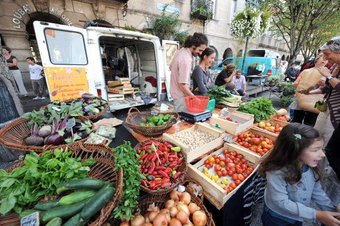 Etalage de fruits et légumes sur le marché de Revel.