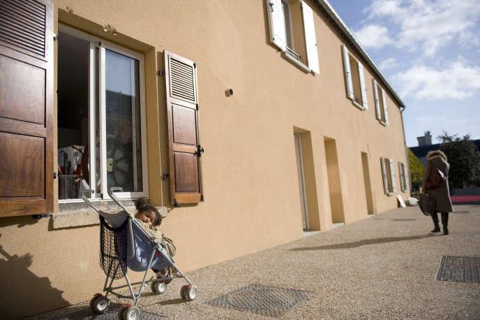 Des logements relais, pensions de famille, construits par la fondation Abbé Pierre et l'association Solidarités nouvelles pour le logement, le 5 novembre 2009 à Palaiseau,