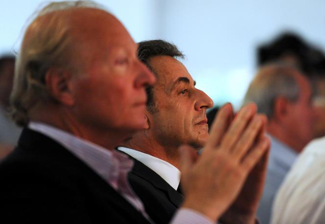 Nicolas Sarkozy (à droite) et Brice Hortefeux (à gauche) assistent à la troisième Fête de la violette organisée par La Droite forte à La Ferté-Imbault, le 4 juillet 2015.