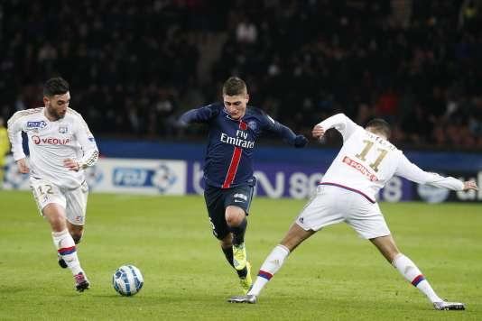 Le milieu de terrain parisien Marco Verratti entre deux Lyonnais, le 13 janvier au Parc des Princes.