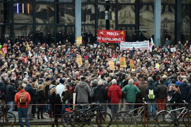 Les manifestants étaient 1 500 selon la police, près de 3 000 selon les organisateurs, devant le tribunal de grande instance de Nantes, le 13 janvier.