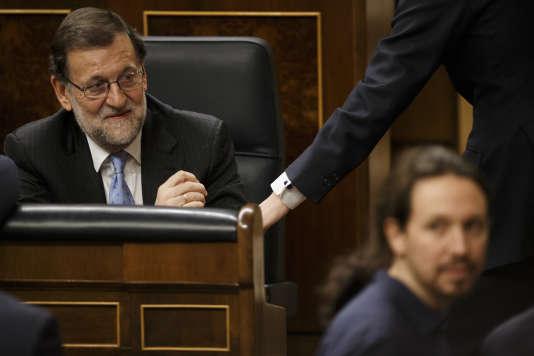 Le premier ministre Mariano Rajoy et le leader de Podemos Pablo Iglesias (à droite), au Parlement, à Madrid, le 13 janvier 2016.