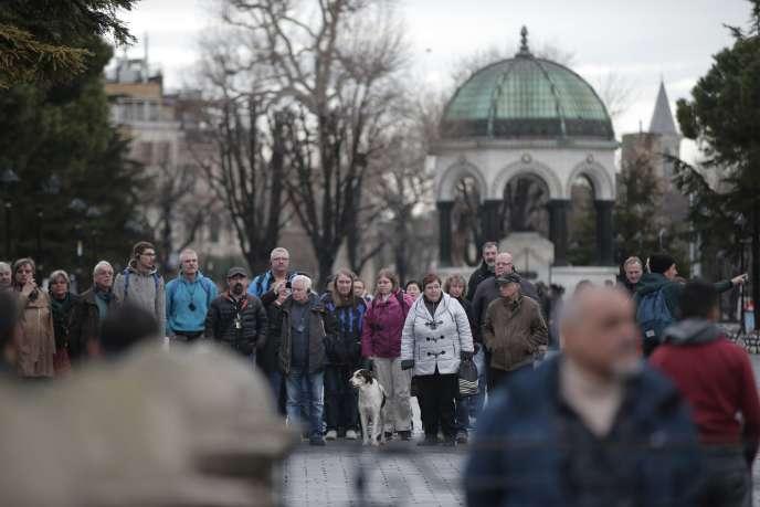 Des touristes visitent le quartier historique d'Istanbul, mercredi 13 janvier. La veille, dix personnes y ont trouvé la mort dans un attentat.