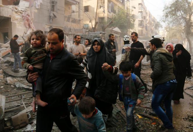 Des Syriens évacués d'un quartier touché par des frappes aériennes, à Alep, le 13 janvier.