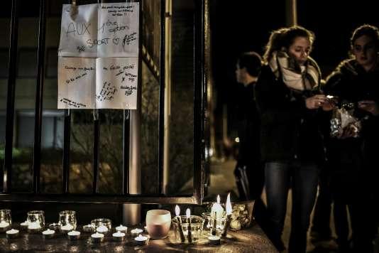 Des élèves du lycée Saint-Exupéry à Lyon allument des bougies à la suite du drame qui a touché un groupe de l'établissement lors d'une sortie scolaire, le 13 janvier.