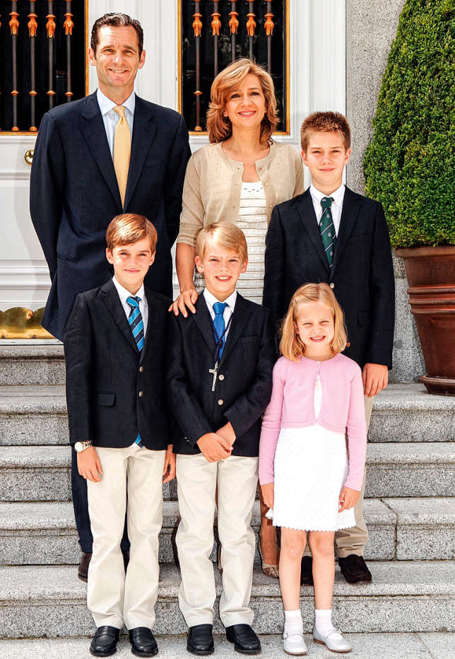 Depuis 2013, le couple et leurs quatre enfants ont quitté Barcelone pour la Suisse, où ils tentent d'échapper à la pression médiatique.