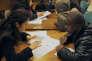 Une personne passe un entretien avec un fonctionnaire lors du dépôt de son dossier de demande de logement au titre de la loi sur le Droit au logement opposable (DALO), en janvier 2008, à la préfecture de Paris.