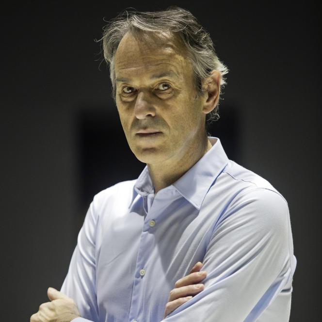 Le metteur en scène Ivo van Hove, devant le Théâtre de l'Odéon, à Paris, le 7 octobre 2015.