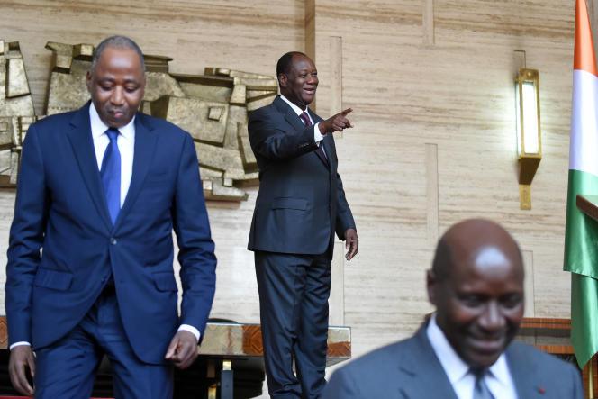 Le président ivoirien Alassane Ouattara (au centre), entouré par le secrétaire général à la présidence, Amadou Gon Coulibaly, etson premier ministre, Daniel Kablan Duncan.