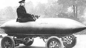 La Jamais-contente, première voiture à dépasser les 100 km/h en 1899, à 105 km/h, était une voiture électrique. Elle est exposée au Musée de la voiture et du tourisme de Compiègne, dans l'Oise.