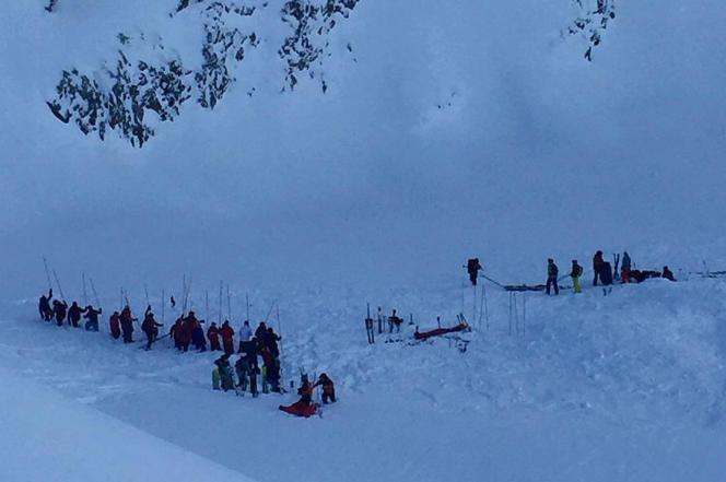 Image issue d'une vidéo amateur montrant les secours sur le site de l'avalanche dans la station des Deux Alpes, le mercredi 13 janvier.