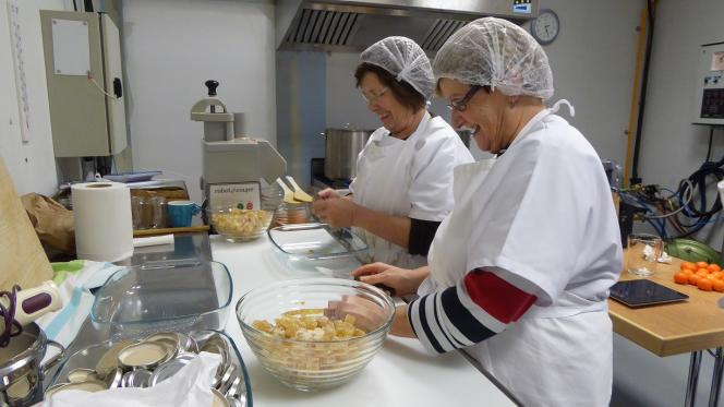 La conserverie d'Ungersheim confectionne des bocaux à partir des surplus de la production locale et des produits déclassés.