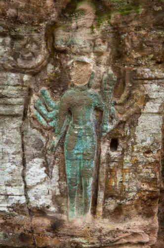 Figure en grès d'une divinité dont la tête a été volée, sur le site de Poeng Tbal (Xe-XIIe siècles).