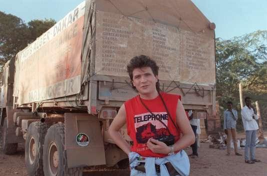 """Le chanteur Daniel Balavoine pose le 8 janvier 1986, quelques heures avant sa mort,  devant le camion avec lequel il participait à un """"rallye du coeur"""" distribuant des pompes à eau sur le parcours de Paris-Dakar."""