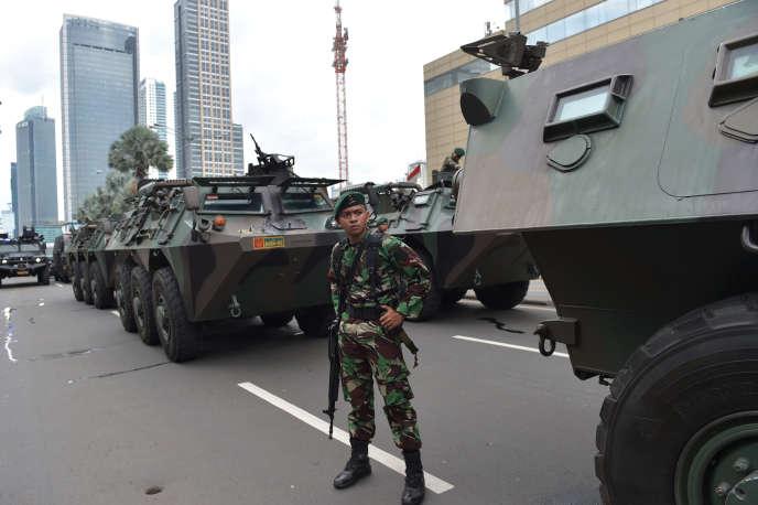Déploiement des forces de l'ordre après les attentats du 14 janvier à Djakarta.