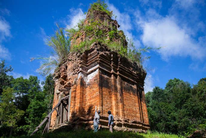 Les archéologues de l'ADF, Jean-Baptiste Chevance et Sakada Sakhoeun, à O'Paong, temple du Kulen, dans la province de Siem Reap, au Cambodge, en juin2013.