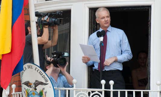 Julian Assange s'adresse à la presse depuis la fenêtre de l'ambassade équatorienne à Londres, en août 2012.
