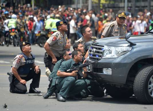 La police indonésienne en pleine intervention après une série d'explosions à Djakarta, le 14 janvier 2016.