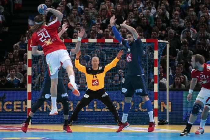 Le Danois Mikkel Hansen tente un tir face à Thierry Omeyer pendant le match de la Golden Ligue entre le Danemark et la France, le 10 janvier 2016 à Bercy à Paris.