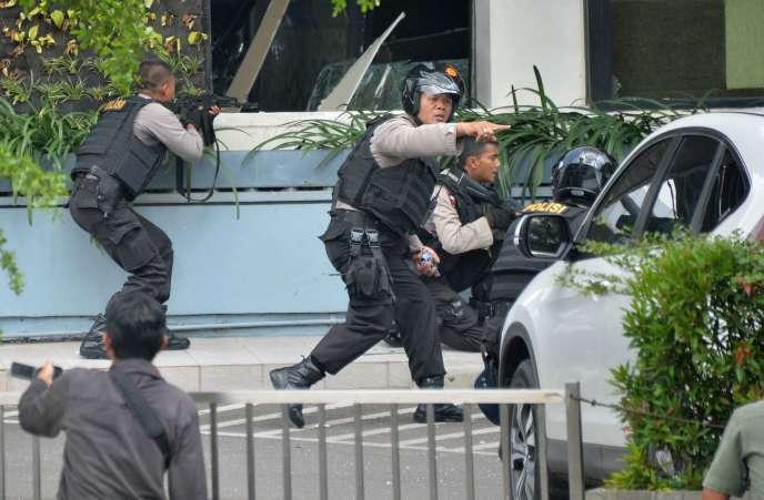 La police indonésienne en position après la série d'explosions qui ont frappé la capitale de l'archipel, le 14 janvier.