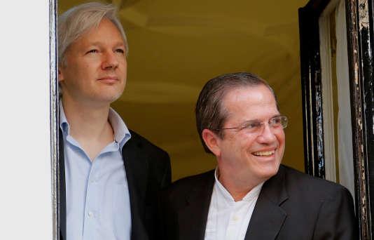 Julien Assange et le ministre des affaires étrangères équatorien, Ricardo Patino, à la fenêtre de l'ambassade équatorienne à Londres, en juin 2013, un an après que le fondateur de WikiLeaks s'y soit réfugié.