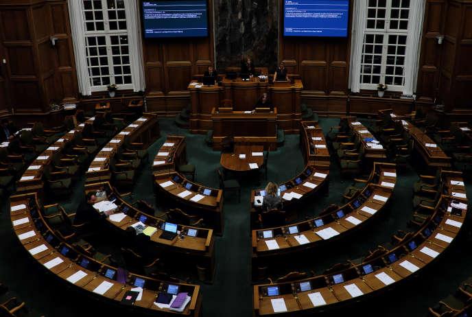 Le parlement danois sur le point de discuter la réforme anti-asile, présidé par la Ministre de l'Immigration Inger Stojberg.