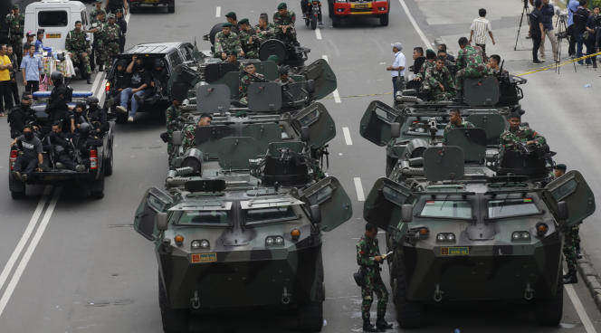 Des militaires indonésiens prennent position près du site attaqué par le commando djihadiste, à Djakarta, le 14 janvier.