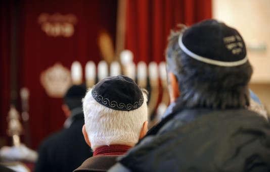 Des juifs prient à la synagogue de Toulouse, le 8 janvier 2009.