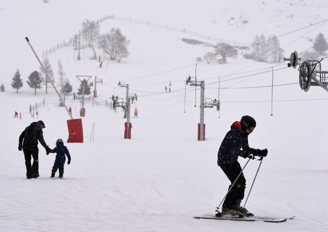 Pour assurer la sécurité des skieurs, les stations installent des filets ainsi que des panneaux d'interdiction sur les pistes, voire les ferment temporairement.