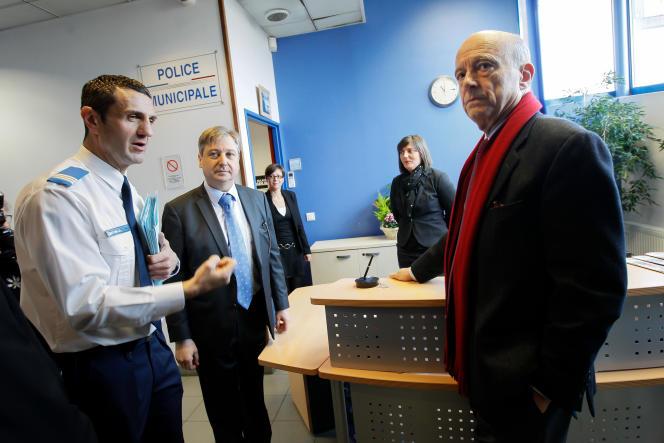 Alain Juppé accueilli par Samuel Dechoux , patron de la police municipale de Woippy (Moselle)